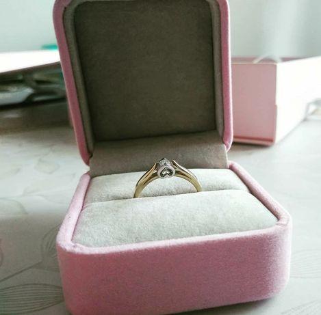Nowy złoty pierścionek zaręczynowy z serduszkiem i brylantem Briju