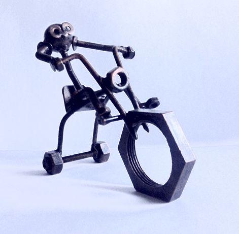 Фигурка «Велосипедист» из болтов и гаек.