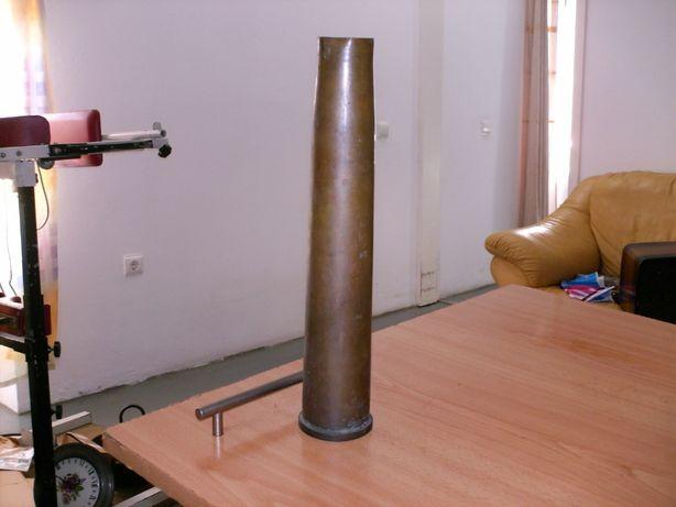 Vendo antigo envolucro de munição