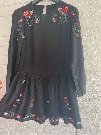 Czarna sukienka z haftem