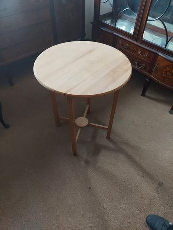 Mesa pequena de madeira