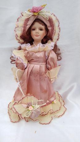 Кукла фарфоровая в подарочной упаковке.