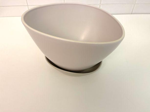 Vaso e prato cerâmicos modernos impecáveis de tamanho médio