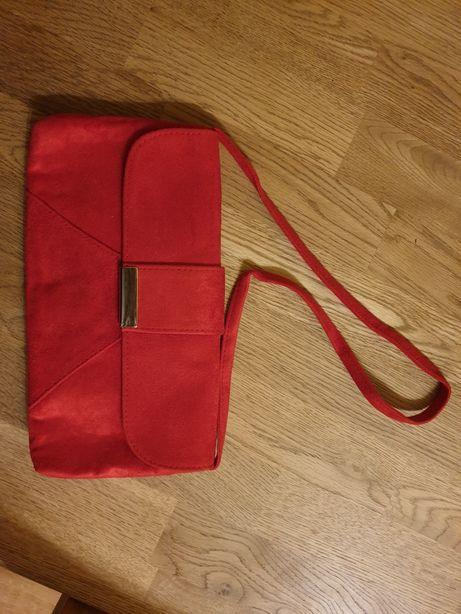 Czerwona torebka kopertówka