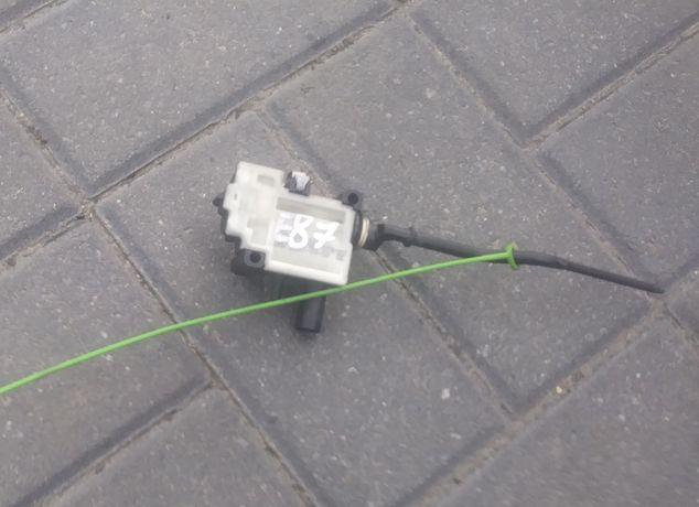 bmw e87 siłownik klapki wlewu paliwa