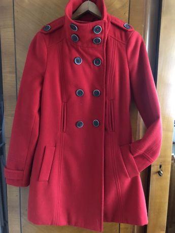 Czerwony plaszcz Zara na jesien