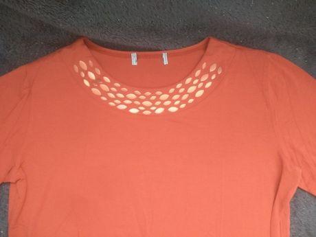 Czerwona bluzka z ozdobnym kołnierzem
