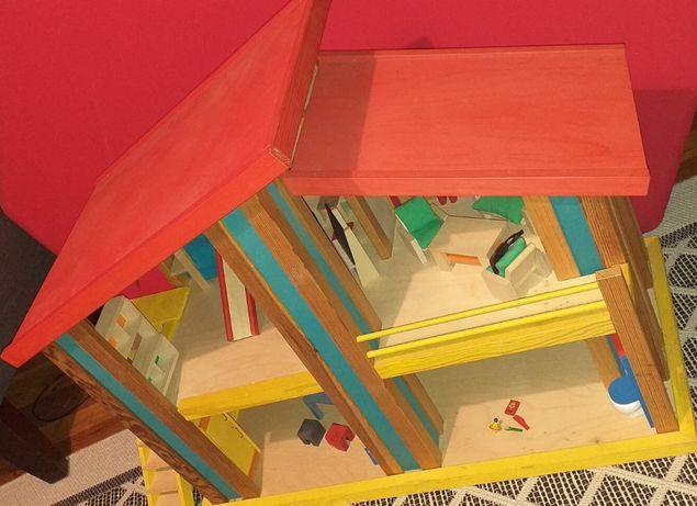 Drewniany domek dla lalek. Vintage.