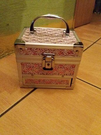 Różowy kuferek na biżuterie