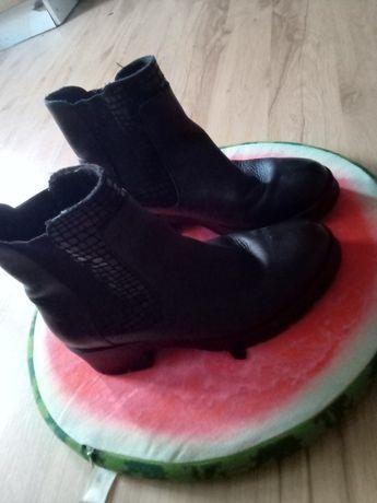Ładne czarne buty