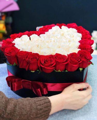 Цветочные композиции в шляпной коробке макаруны киндеры розы/тюльпаны