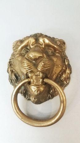 Mosiężna kołatka na drzwi głowa lwa
