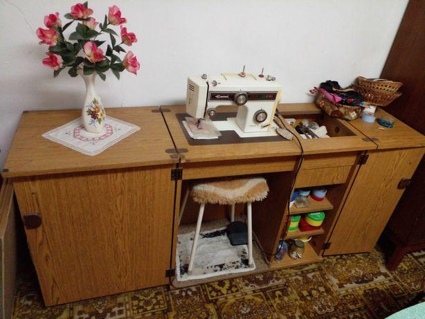 Maquina de costura marca 'Empisal Heidi IV montada em movei.