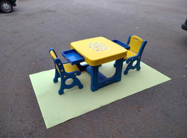 Mesa infantil de desenho com duas cadeiras