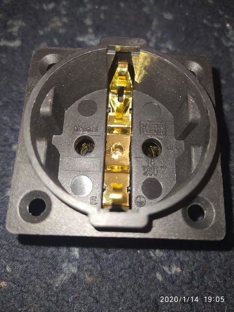 Сетевая (силовая) монтажная розетка европейского стандарта FI-Е30