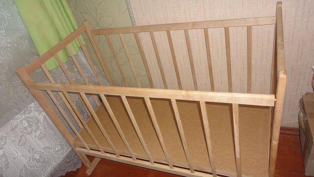 Кроватка-качалка деревянная на колесиках с матрасом
