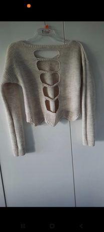 Sweterek z wyciętym tyłem