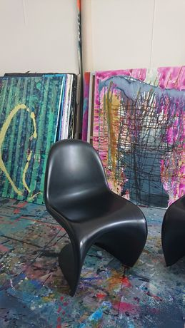 Czarne krzesła Pantone balance