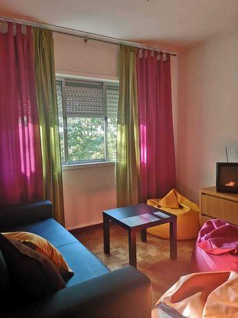 Um quarto disponível - rapariga/rapaz - em apartamento T3