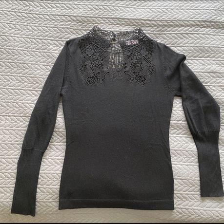 Czarny sweterek z ażurowym dekoltem