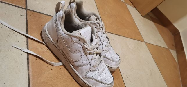 Białe buty nike.
