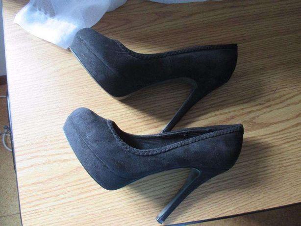 Sapatos pretos de camurça