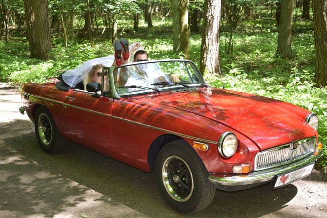 Czerwony kabriolet do ślubu, auto zabytkowe cabrio Mg MGB kabriolet