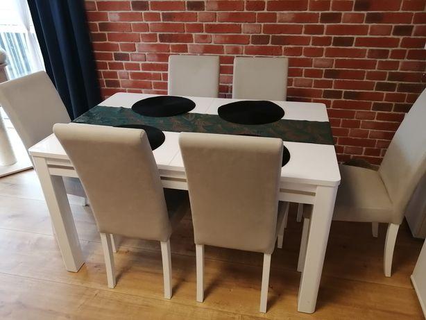 Biały stół z krzesłami.