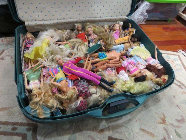 Lote de dezenas de bonecas Barbie e outras