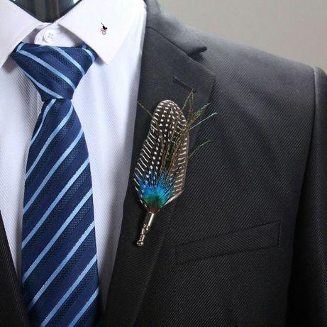 Милая неподражаемая брошка в виде пера в лацкан блузочки