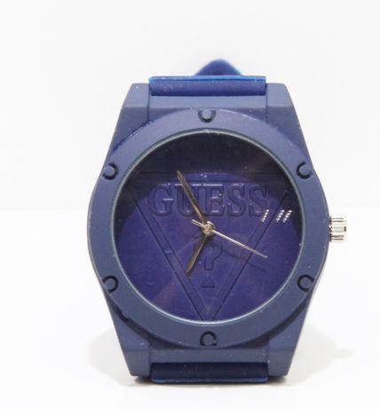 Granatowy zegarek z napisem Guess