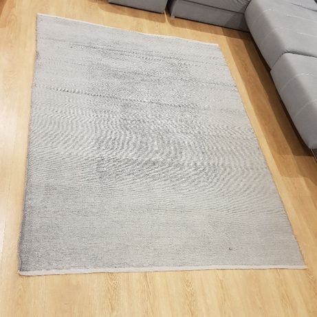 Carpete de cor cinza claro