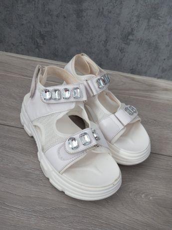 Białe sandałki sprzedam