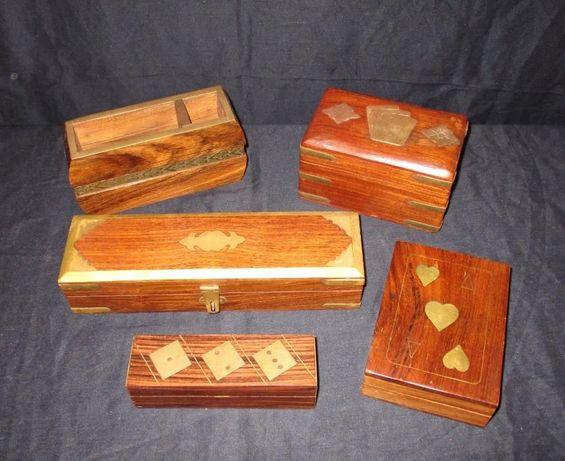 Caixas em madeira e latão para cartas dados canetas vintage