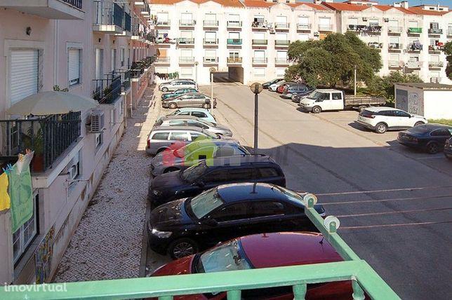 Apartamento T2, primeiro andar com três varandas, no Pinhal Novo