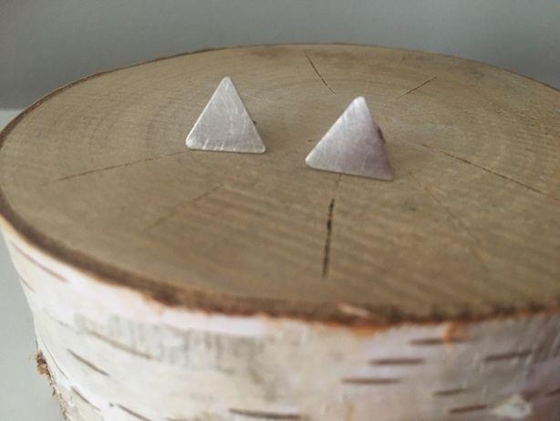 Srebrne kolczyki projektantki Ewy Wiśniewskiej trójkąty matowe sztyfty