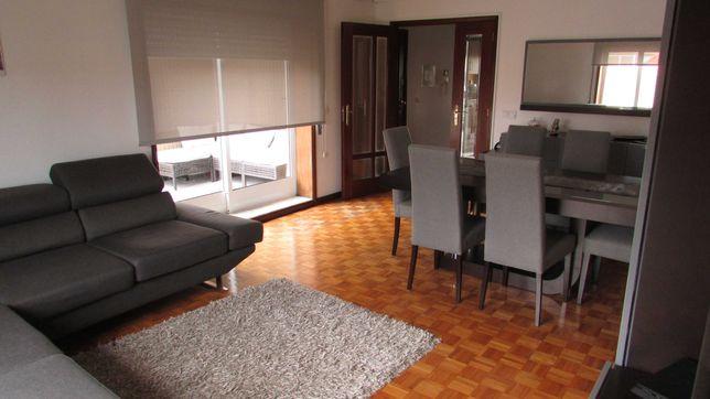 Apartamento T2 com excelentes varandas e vista mar