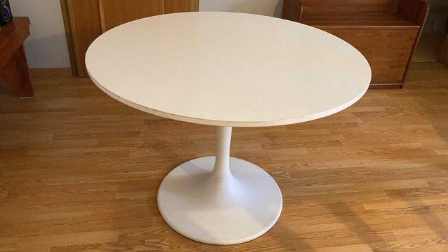 Mesa redonda com oferta das cadeiras