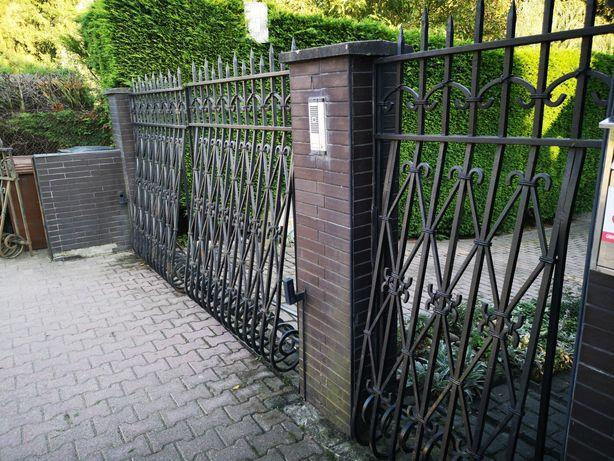 Brama wjazdowa na posesję ręcznie kuta dwuskrzydłowa wraz z furtką