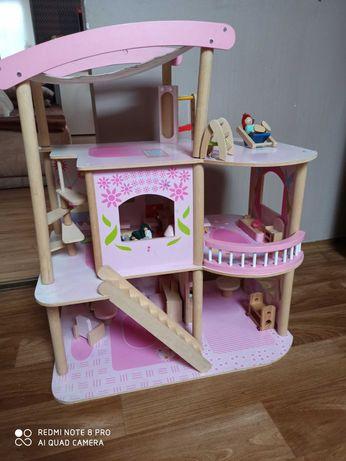 Domek drewniany 3-pietrowy dla lalek.