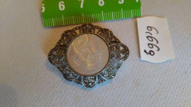 Broszka srebrna z macicą perłową w cenie 850 zł