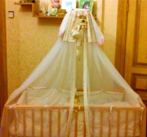 Детская кроватка, матрас, комплект постельного белья и балдахин