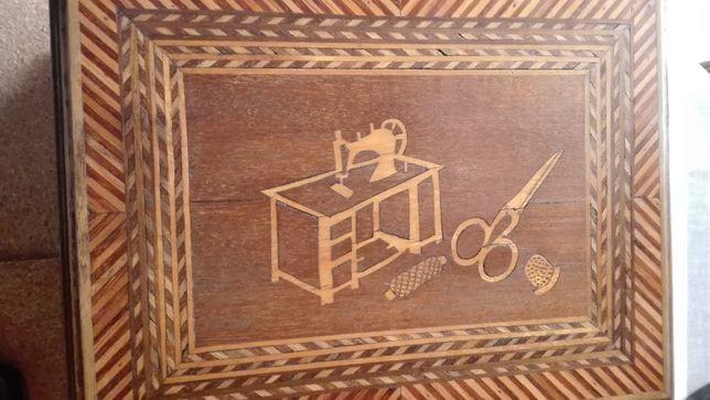 caixa de costura c/chave antiga feita à mão com embutidos