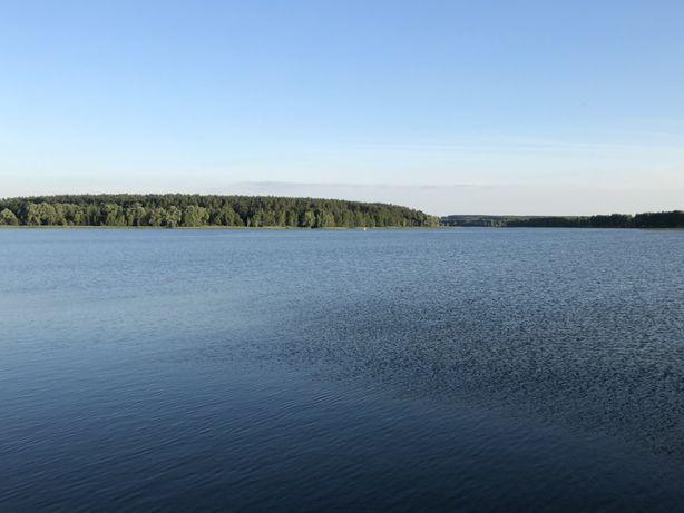 Земельні ділянки на березі водосховища.
