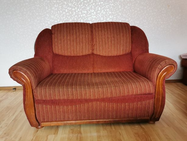 Sofa dwuosobowa, tapicerowana z elementami drewna
