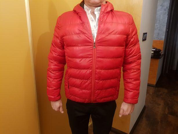 Modna czerwona kurtka z kapturem