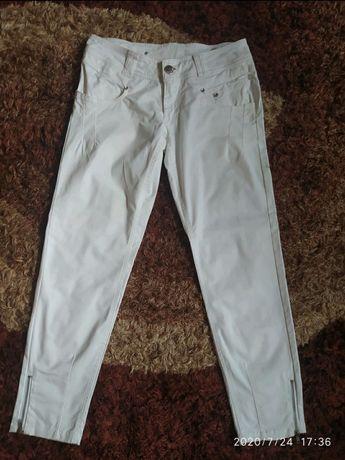 Białe spodnie zawężane