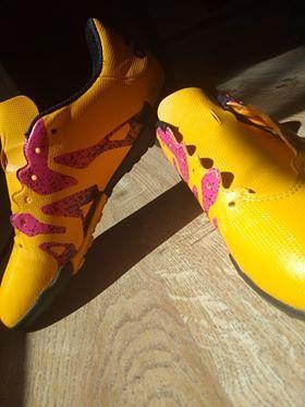 Sportowe buty typu turfy
