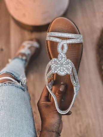 Sandałki z kamieniami