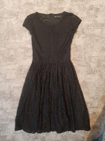 Czarna rozkloszowana sukienka koronkowa House Xs